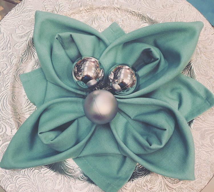 como hacer una flor de Navidad con una simple servilleta