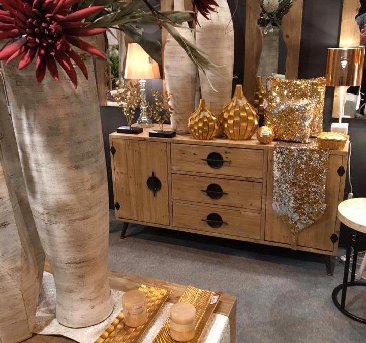 Muebles de madera con toques brillantes