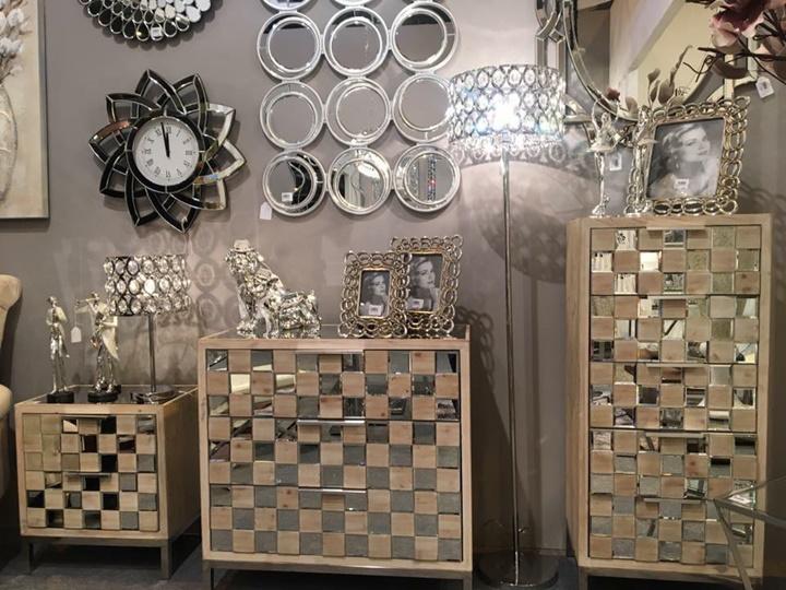 muebles en madera natural con cristal