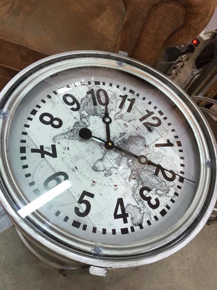 f0a3deeb7aa6 Es tiempo de decorar con relojes y ya no sólo en paredes sino también en  mesas auxiliares.