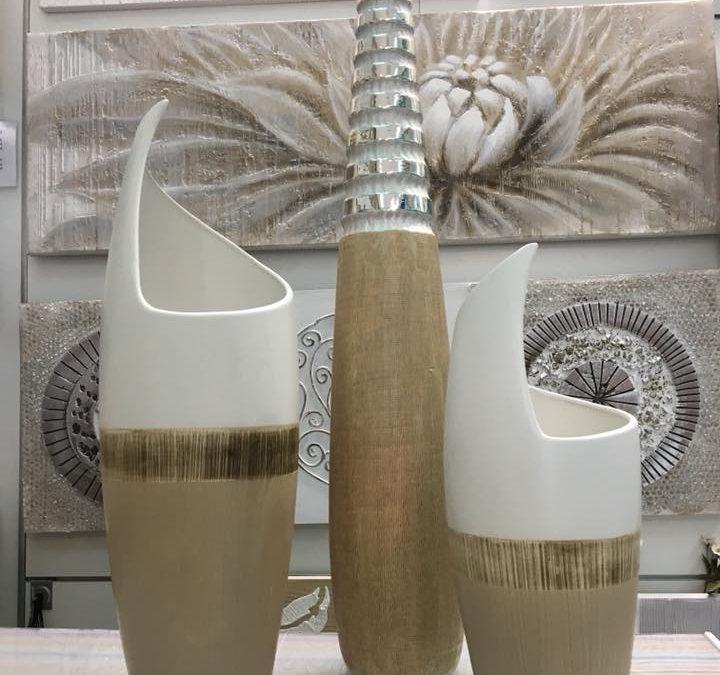 elementos decorativos de cerámica en plata y madera